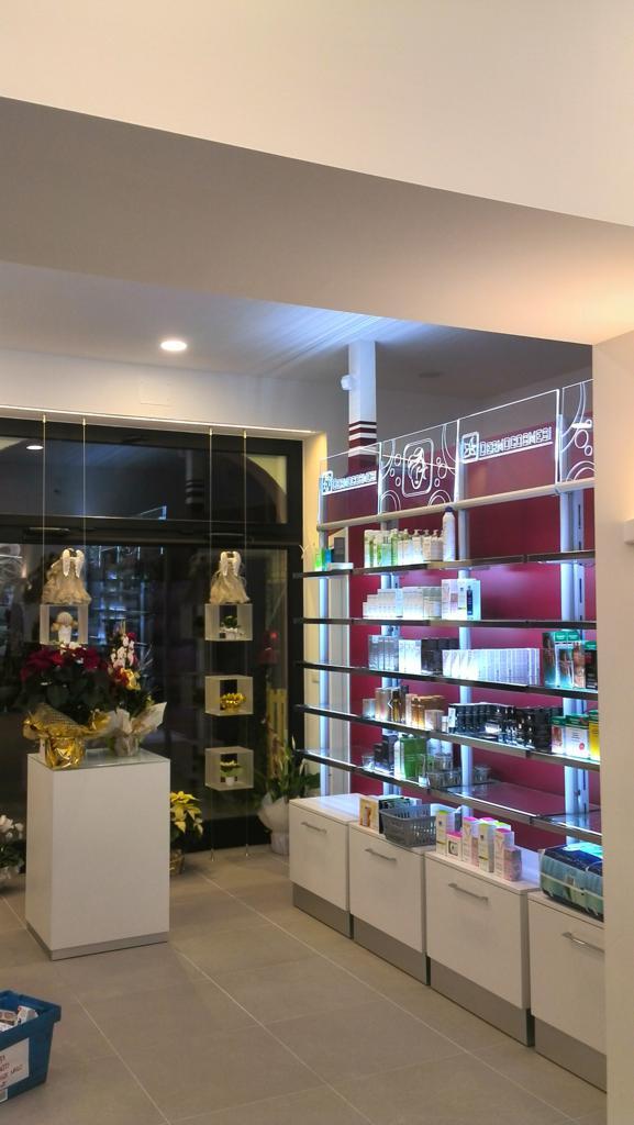 """Farmacia """"San Bortolo del dr. Miani"""": risplende nuova sotto le luci led"""